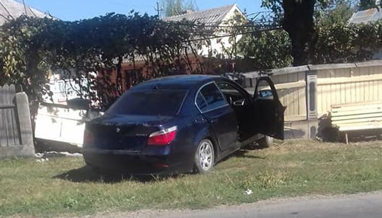 S-a ales cu dosar penal după ce a dărâmat un gard cu mașina, la Cotu Vameș