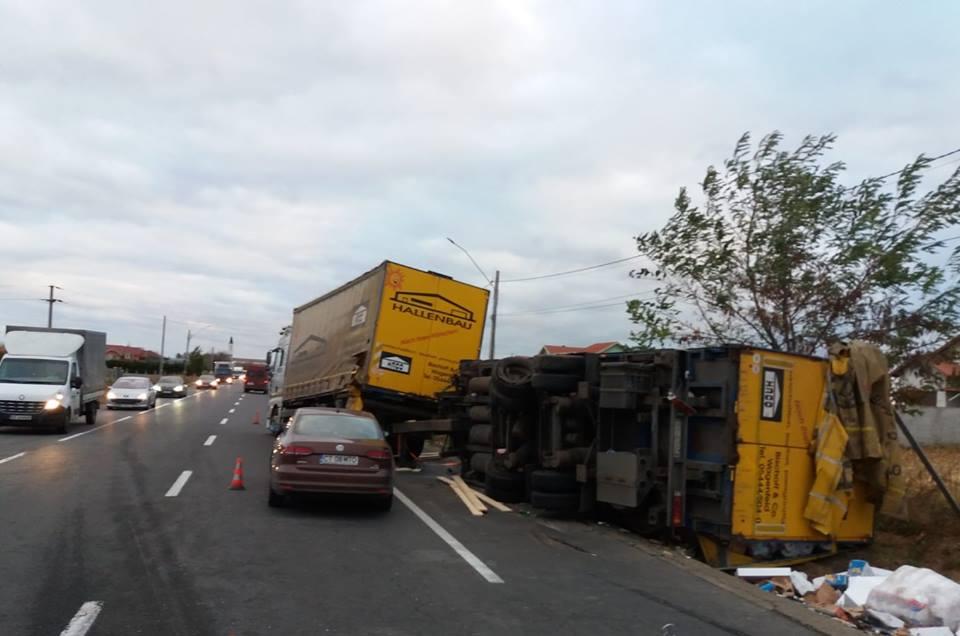 Circulație îngreunată pe E85, la Traian, în urma unui accident în care au fost implicate trei tiruri