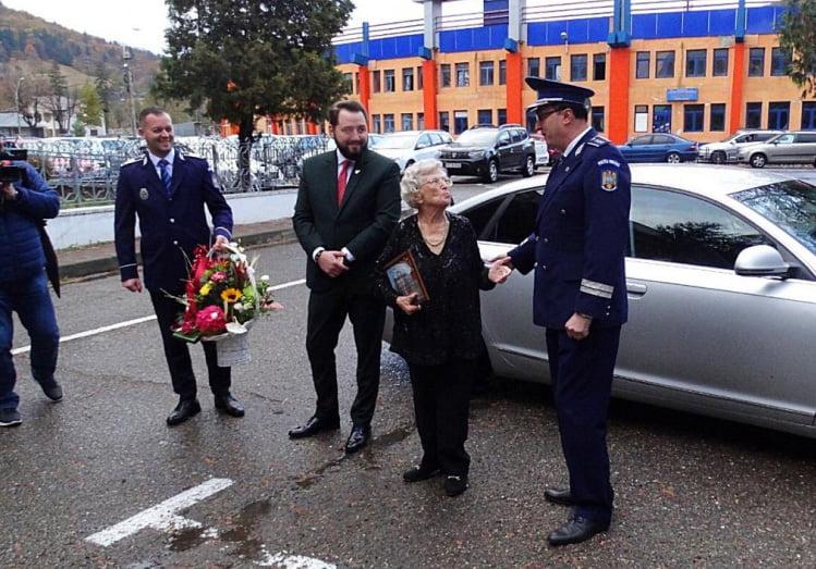 Actrița Draga Olteanu Matei, sărbătorită de polițiștii din cadrul IPJ Neamț