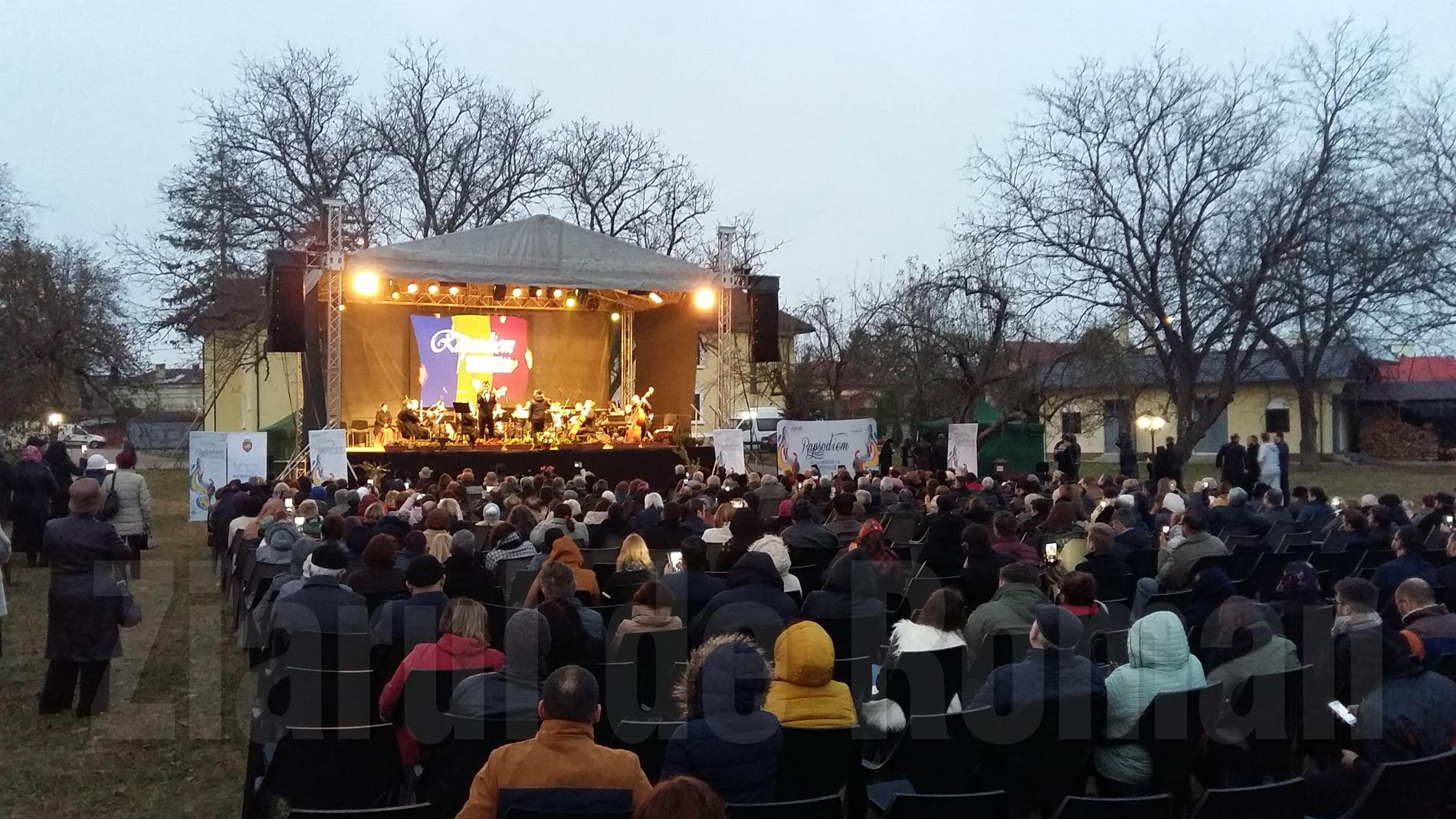 Sute de romașcani, prezenți la concertul Orchestrei Metropolitane București. FOTO