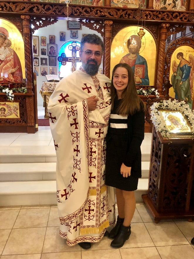 """Biserica """"Toți Sfinții"""" - Părintele Vasile felicitând-o pe Ana după slujba de duminică, 11 noiembrie"""