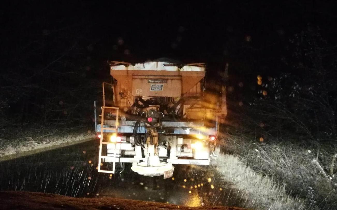 4.000 de tone de antiderapant răspândite pe drumurile din Moldova