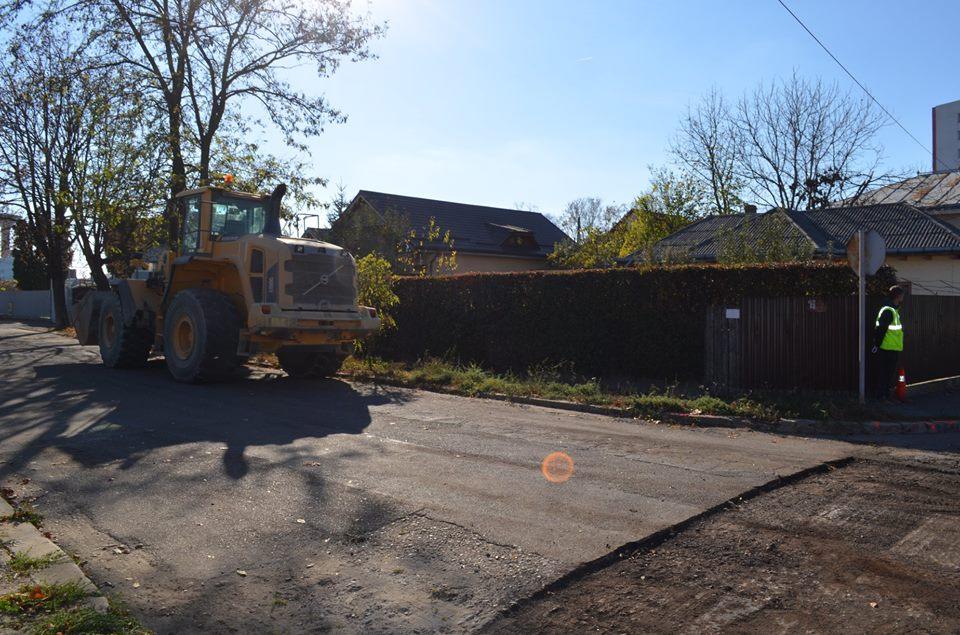 """A început asfaltarea pe străzile Tudor Vladimirescu și Păcii, dar și în parcarea de la """"Roman-Vodă"""""""