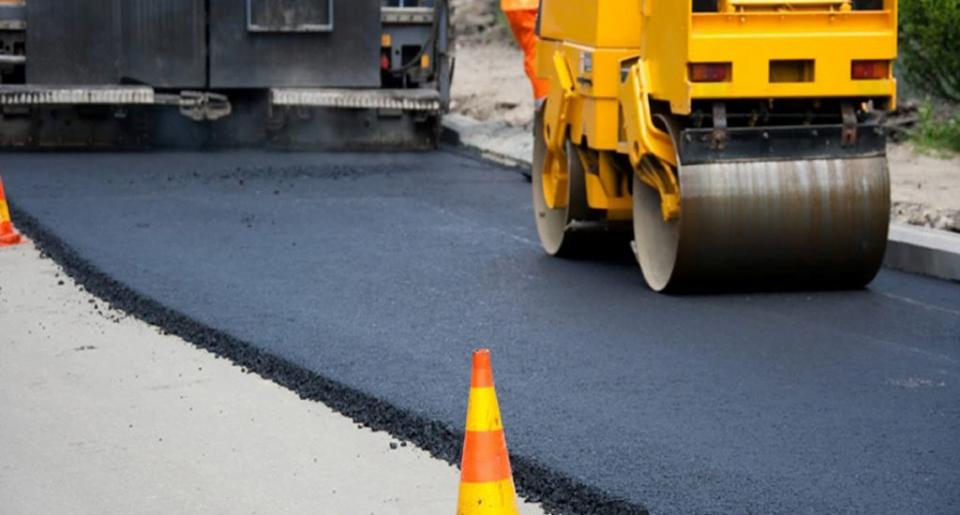 Zece străzi urmează să fie modernizate cu covor asfaltic