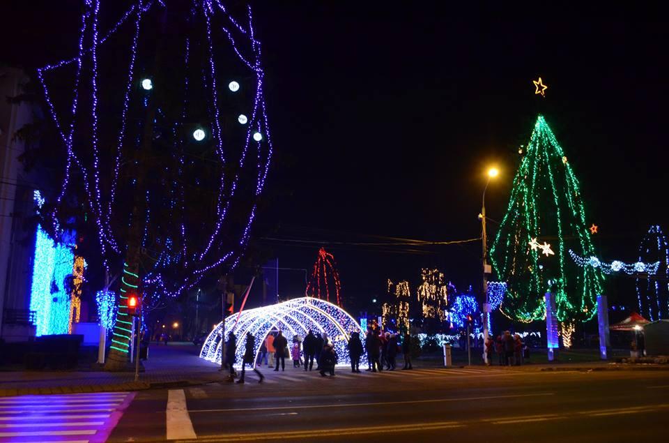 Joi seară pornește iluminatul ornamental de Sărbători în centrul orașului