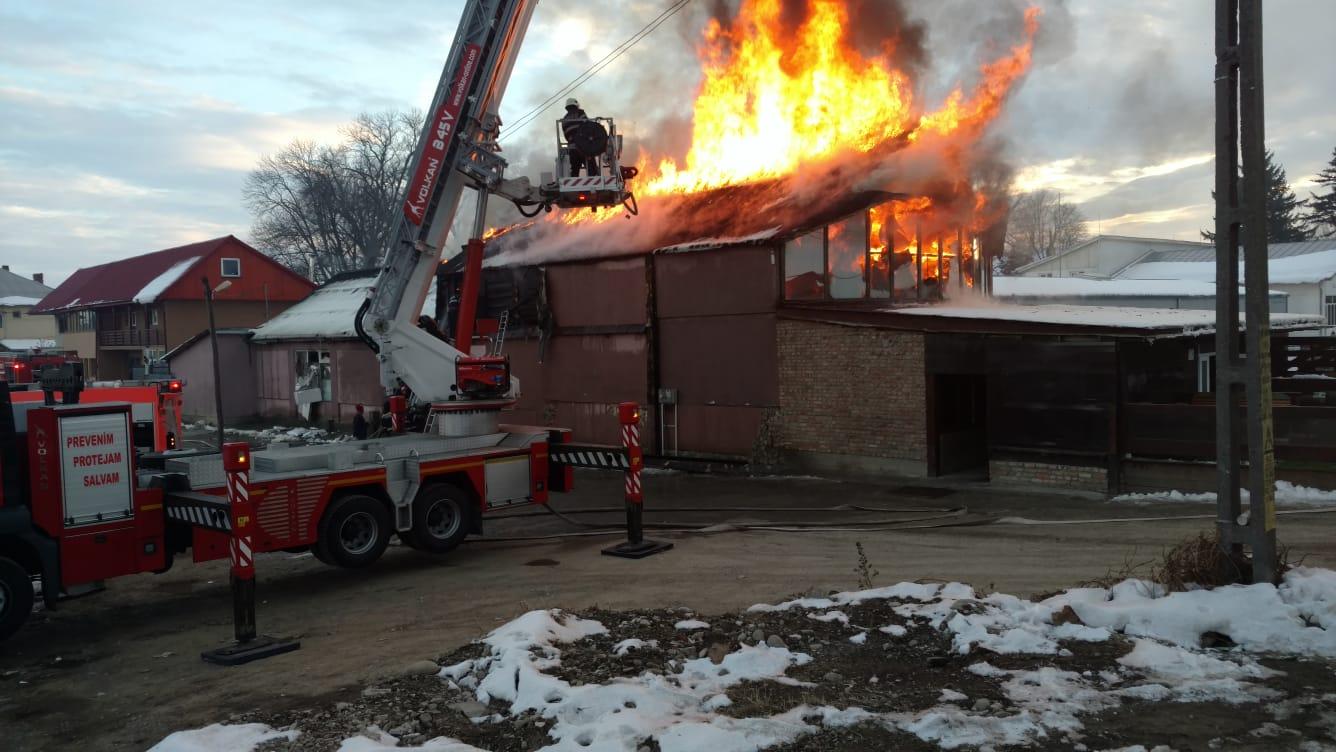 Intervenție a pompierilor romașcani pentru stingerea unui incendiu la Roznov