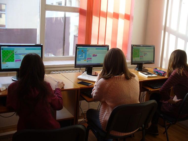 """Elevii de la Liceul """"Vasile Sav"""" au învățat informatică prin jocuri, în Săptămâna Educației în Tehnologia Computerelor"""