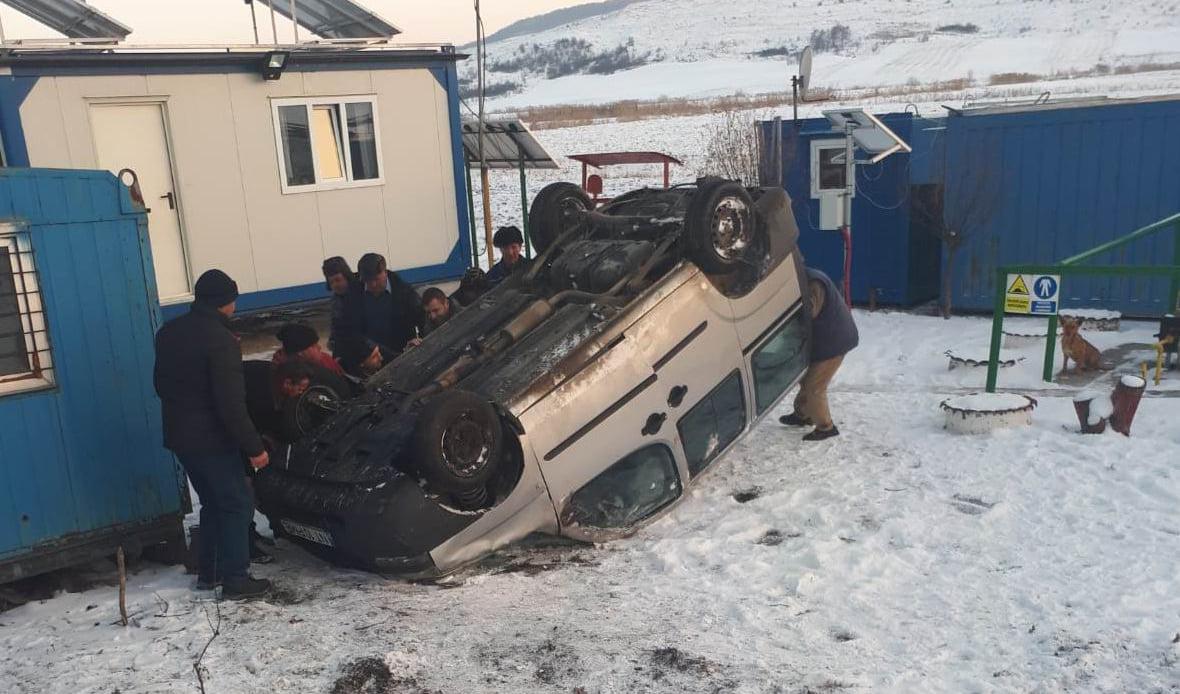 Doi răniți după ce un autoturism s-a răsturnat, la Ion Creangă