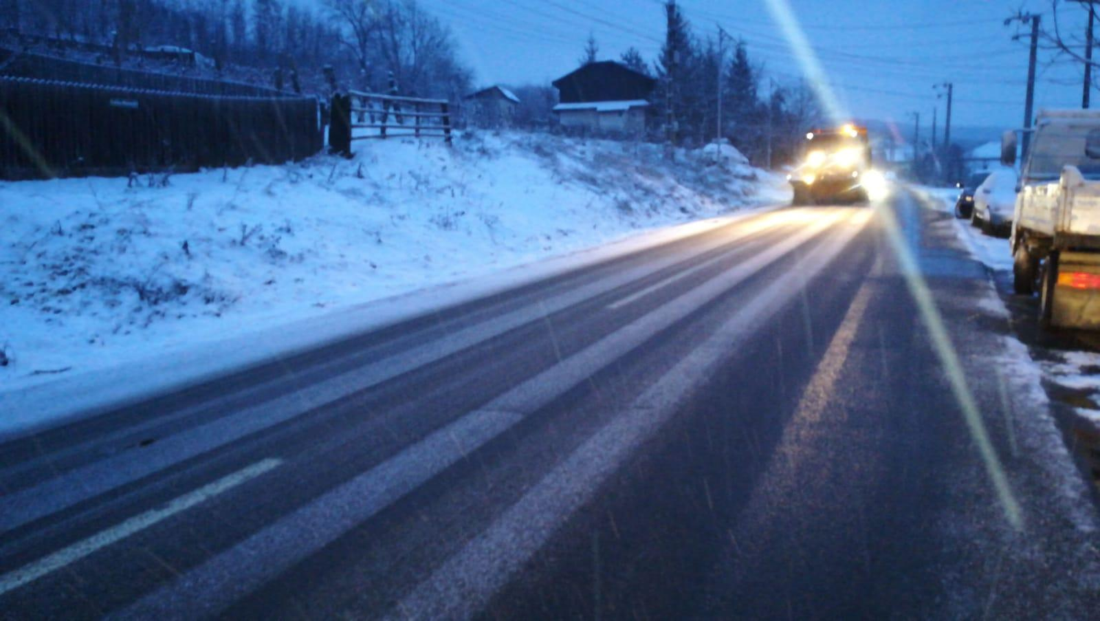 Intervenții ale drumarilor pe șoselele din zona Moldovei. Ninsori moderate până luni după-amiază