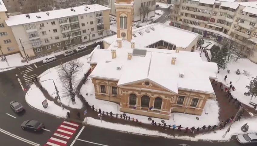 [VIDEO] Hora Prieteniei a strâns în jurul Bibliotecii peste 200 de romașcani