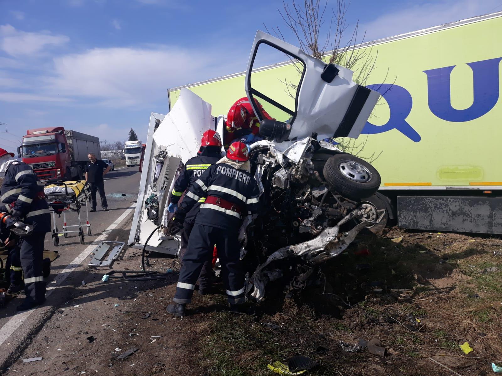 Accident pe E85: o mașină a fost zdrobită de un autocamion