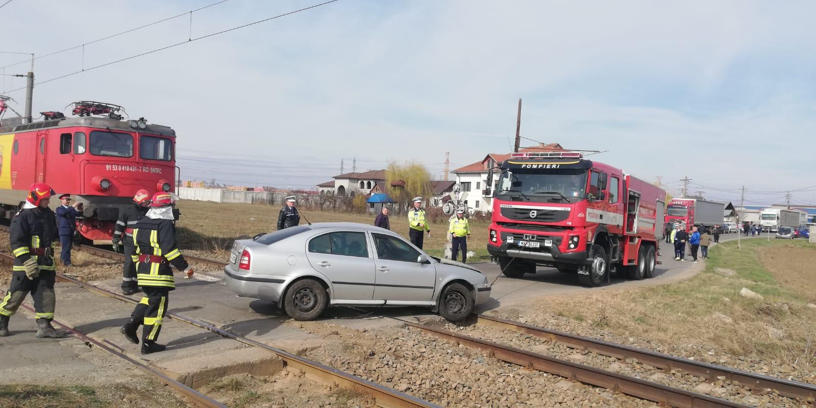 Mașină lovită de tren, la Cordun