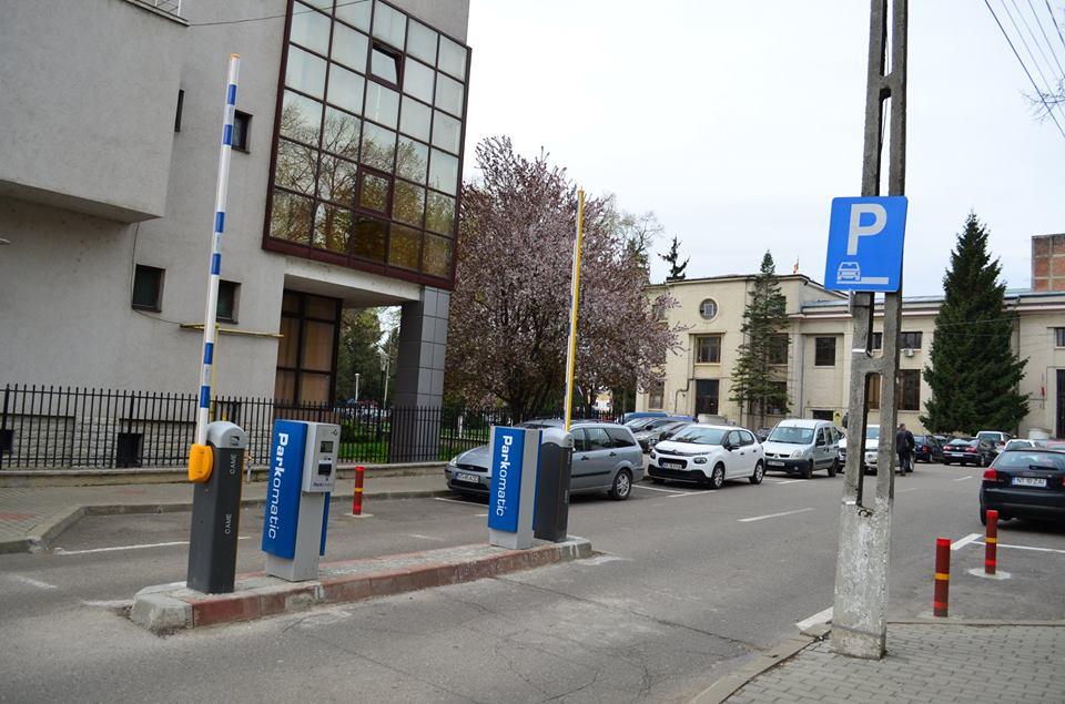 Barierele din parcarea de la Judecătoria Roman vor fi eliminate
