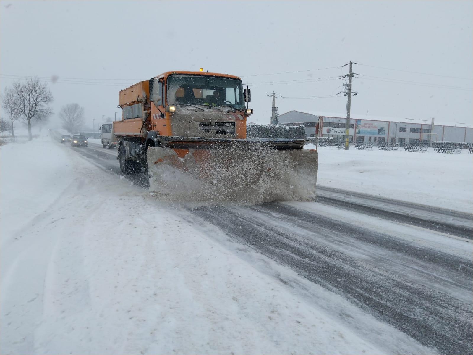 Efectele primei ninsori: drumuri și mașini blocate de viscol