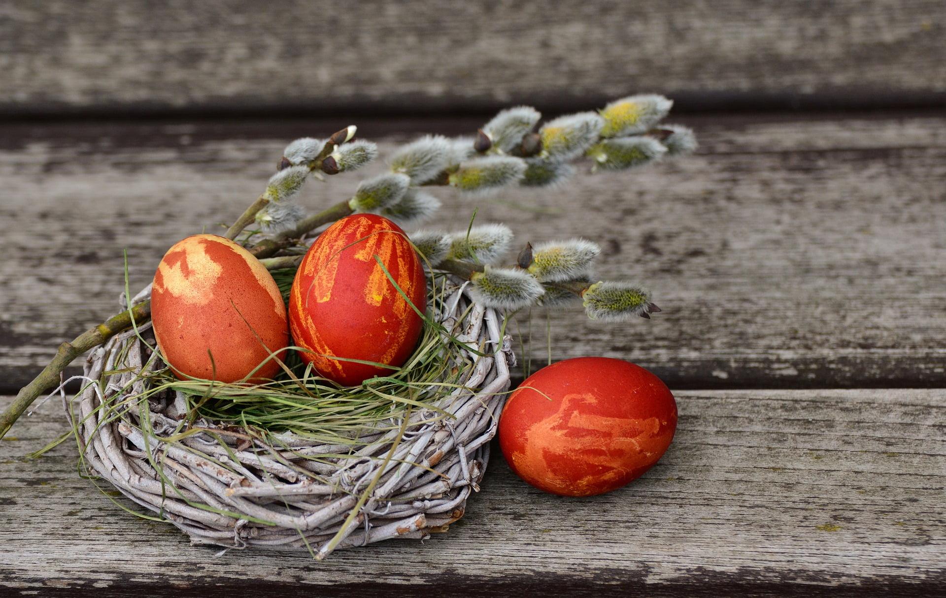 Îți amintești cum încondeiau și vopseau ouăle bunicile noastre? – guest post Cristina Gherghel