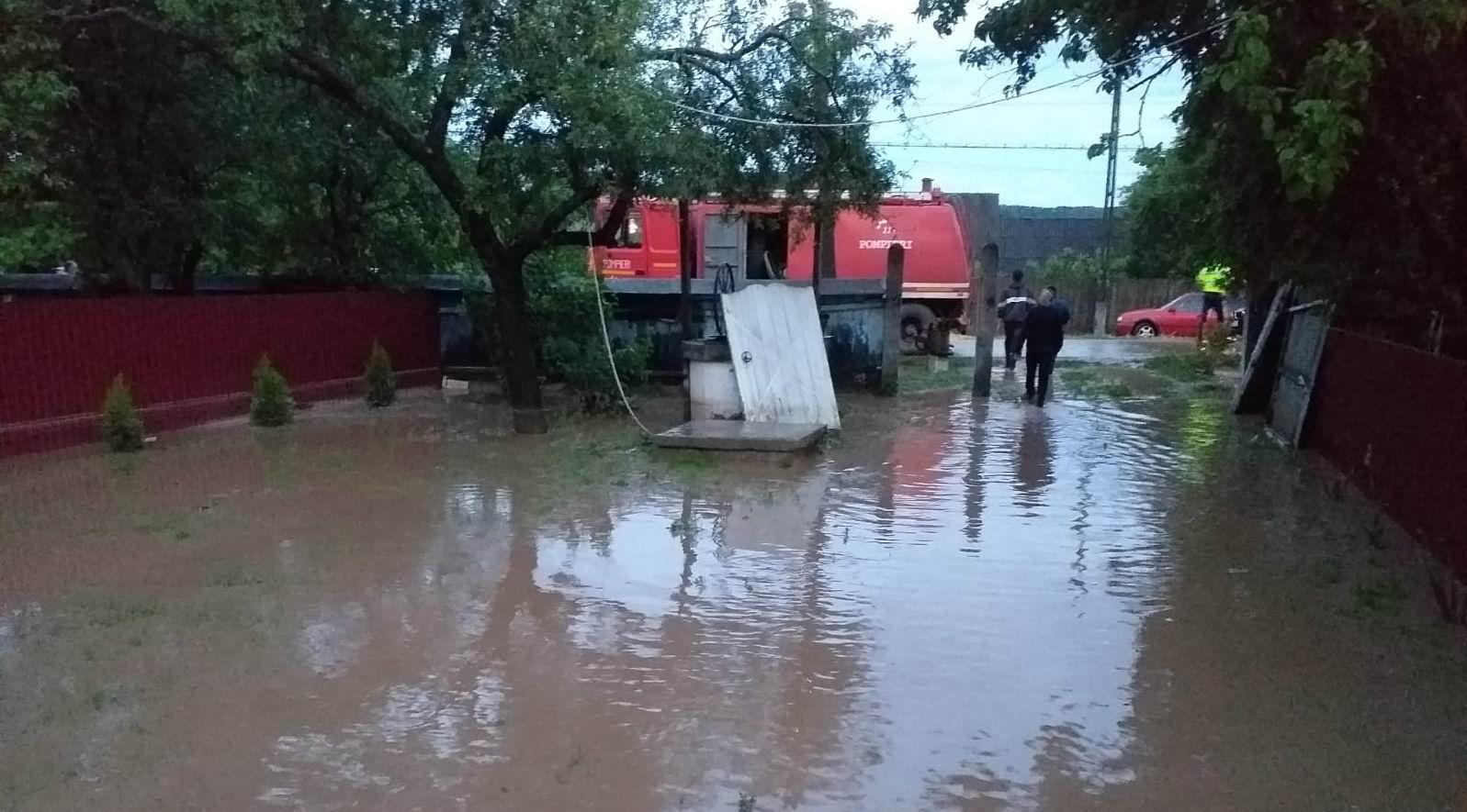 Pompierii romașcani au intervenit la Tîrgu Neamț pentru evacuarea apei din gospodăriile inundate