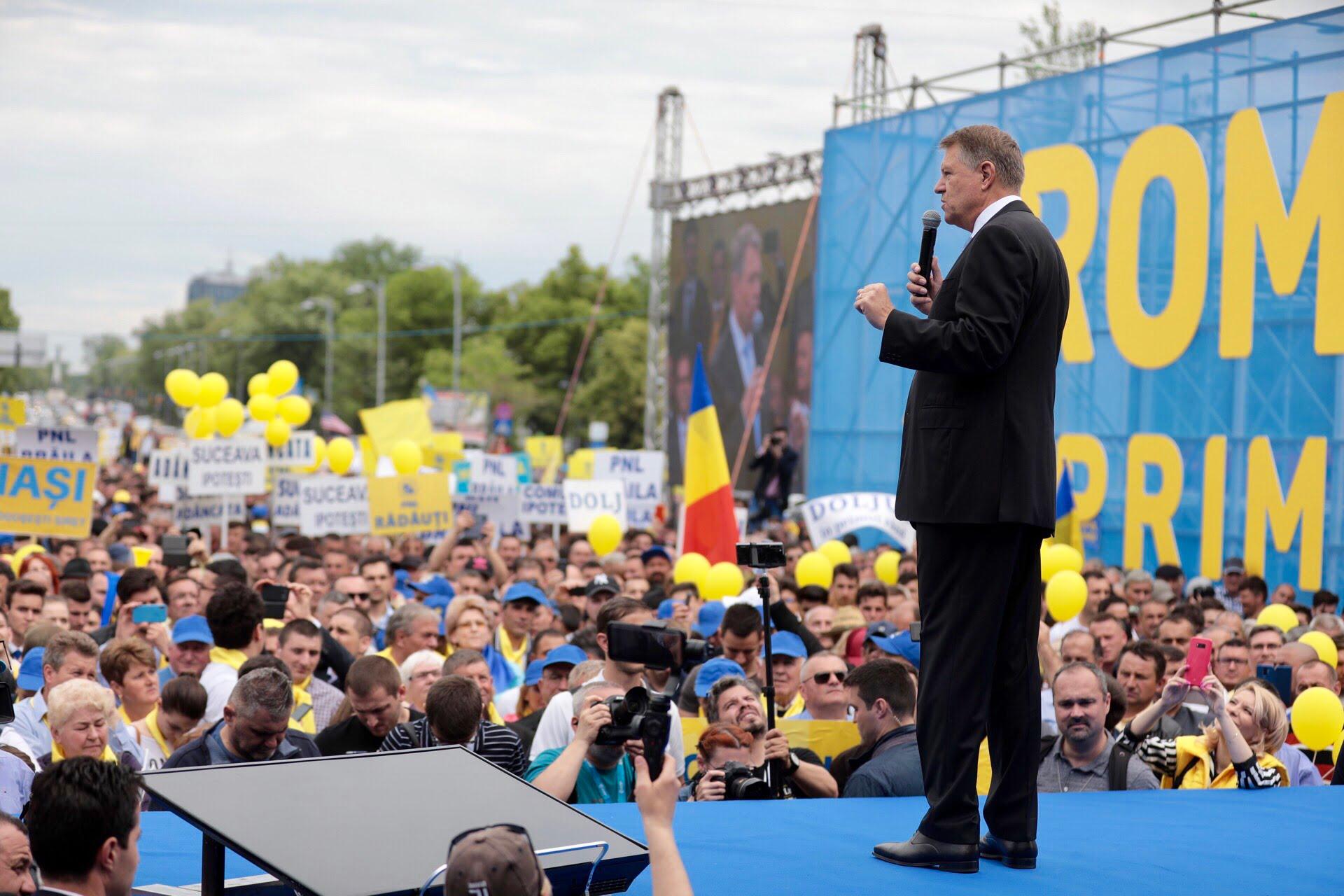 Președintele PNL Neamț, Mugur Cozmanciuc, alături de președintele României, Klaus Iohannis! Peste 800 de liberali nemțeni au participat la mitingul din Piața Victoriei!