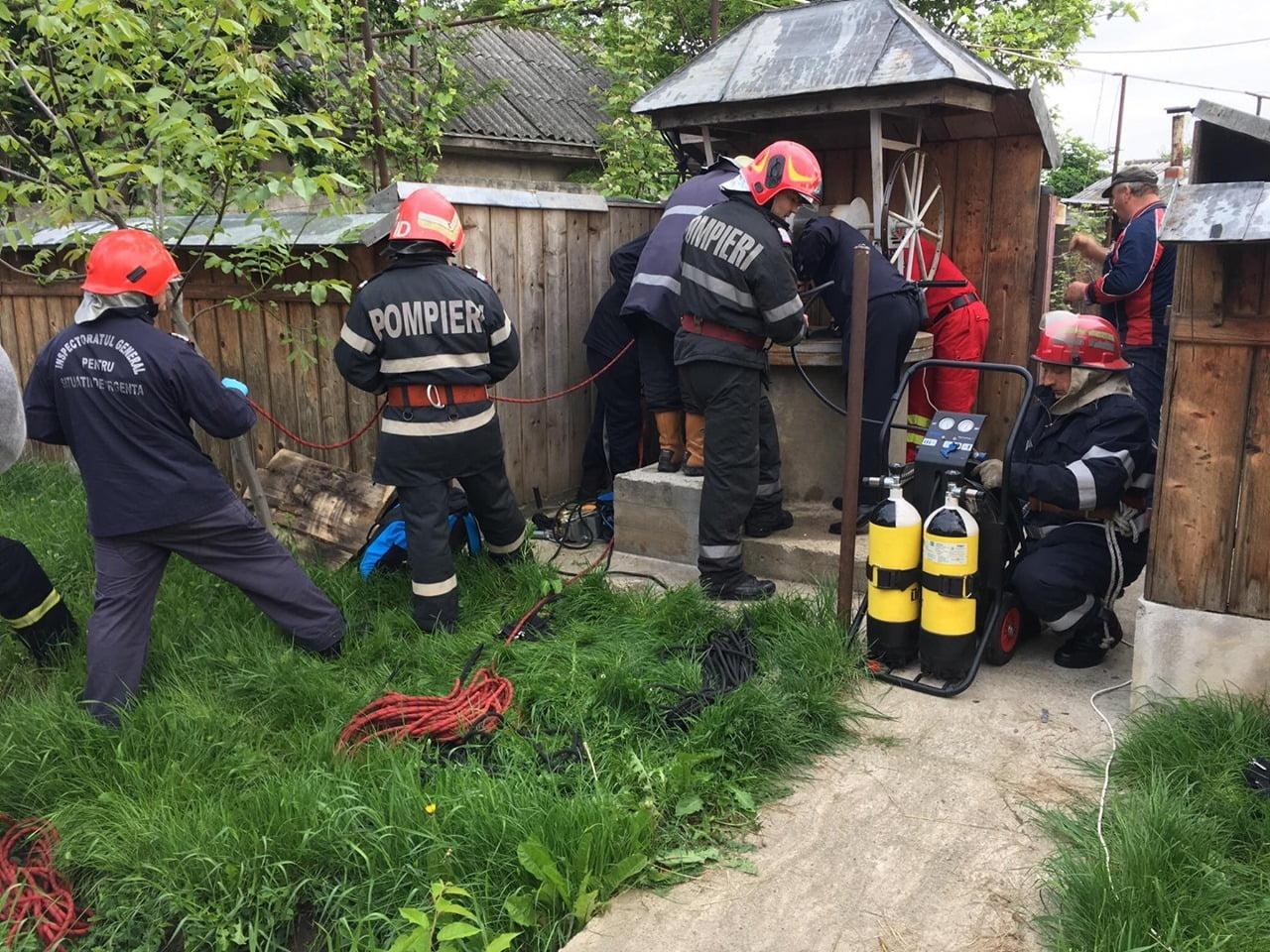 Femeie salvată de pompieri dintr-o fântână, la Săbăoani
