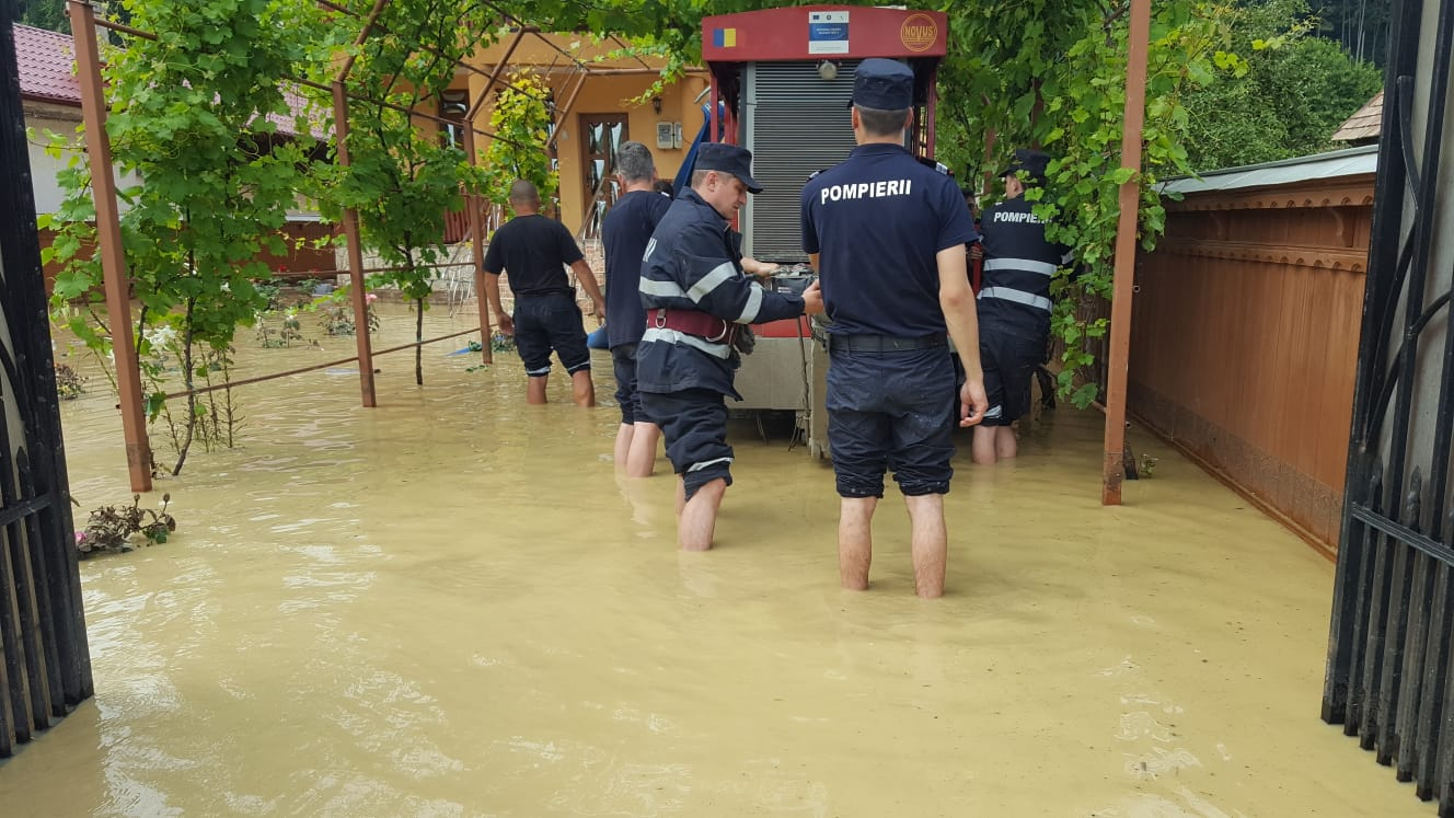 [FOTO] Pompierii romașcani și din alte trei județe, intervenții în zonele inundate de la Piatra Neamț