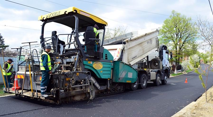 Romașcanii, rugați să își mute mașinile pentru a facilita lucrările de asfaltare