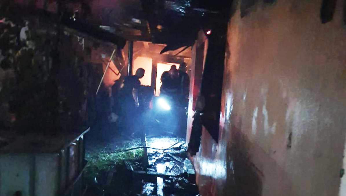 [VIDEO] Două gospodării mistuite de flăcări noaptea trecută, din cauza unui aragaz nesupravegheat