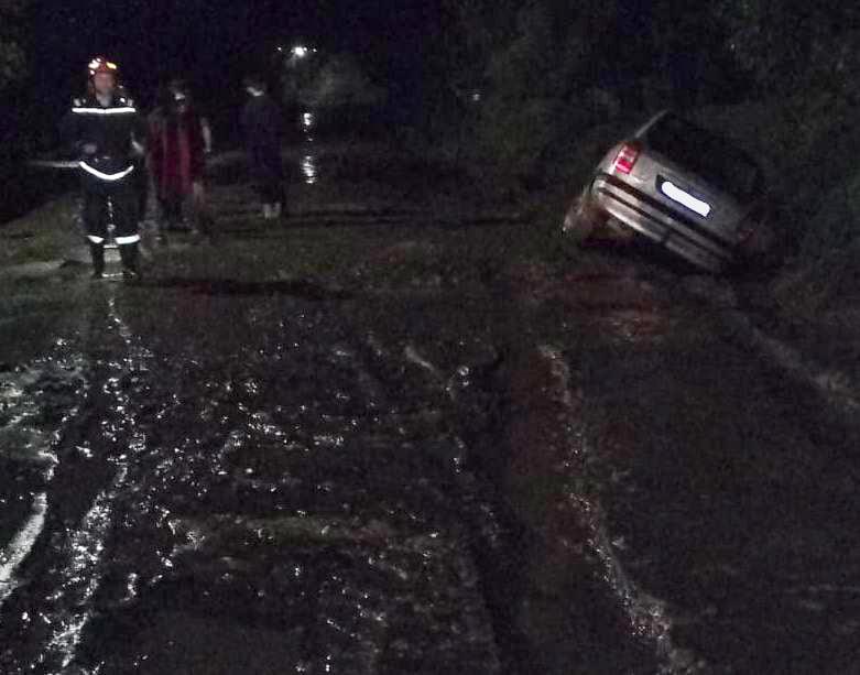 Mașină scoasă din șanț de pompieri, la Oniceni