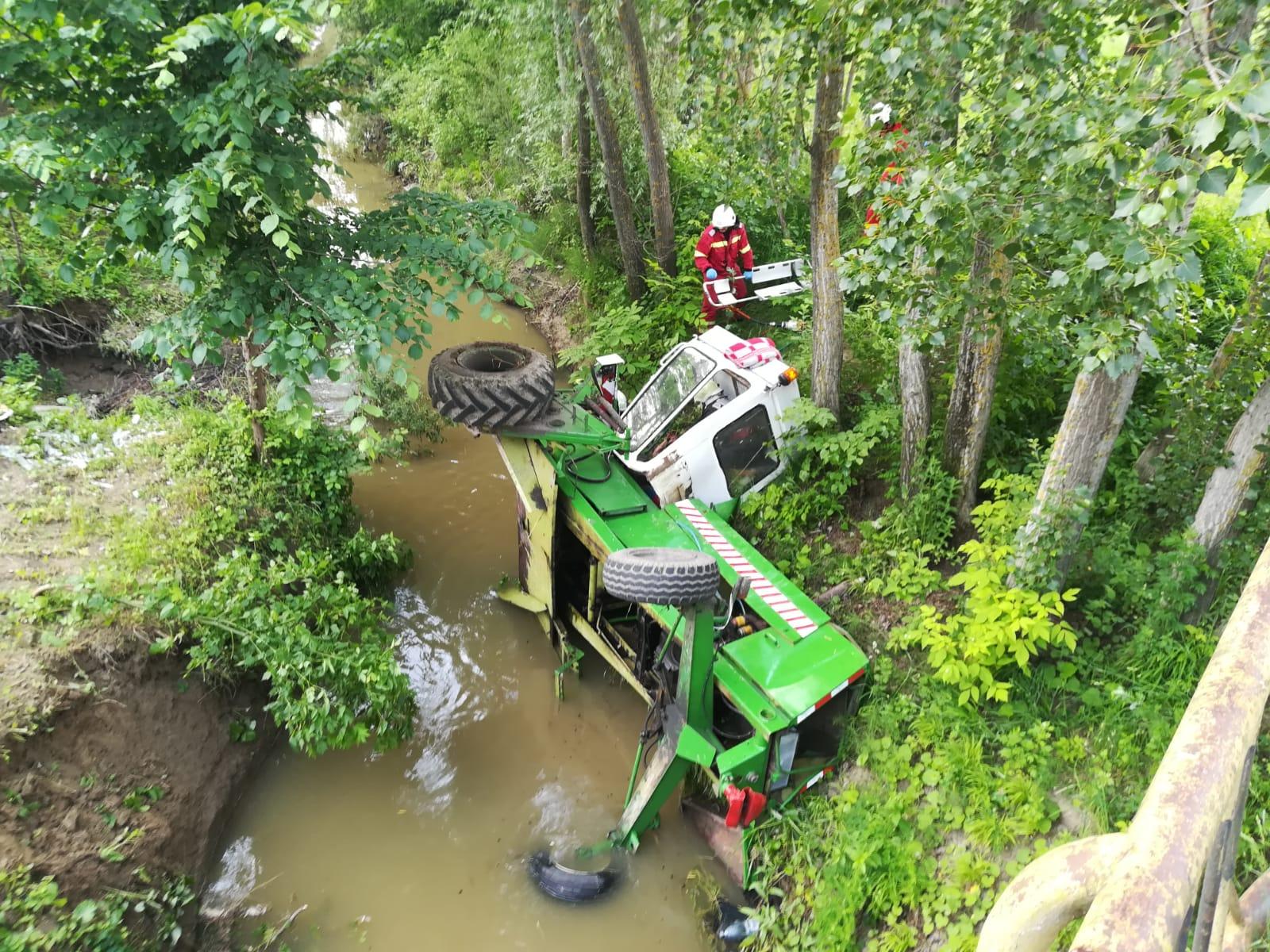 [VIDEO] Bărbat salvat de pompieri după ce a căzut cu tractorul într-un pârâu