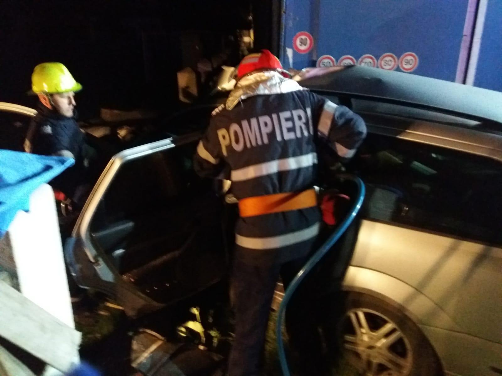 Patru tineri au murit după ce mașina lor s-a zdrobit de un TIR