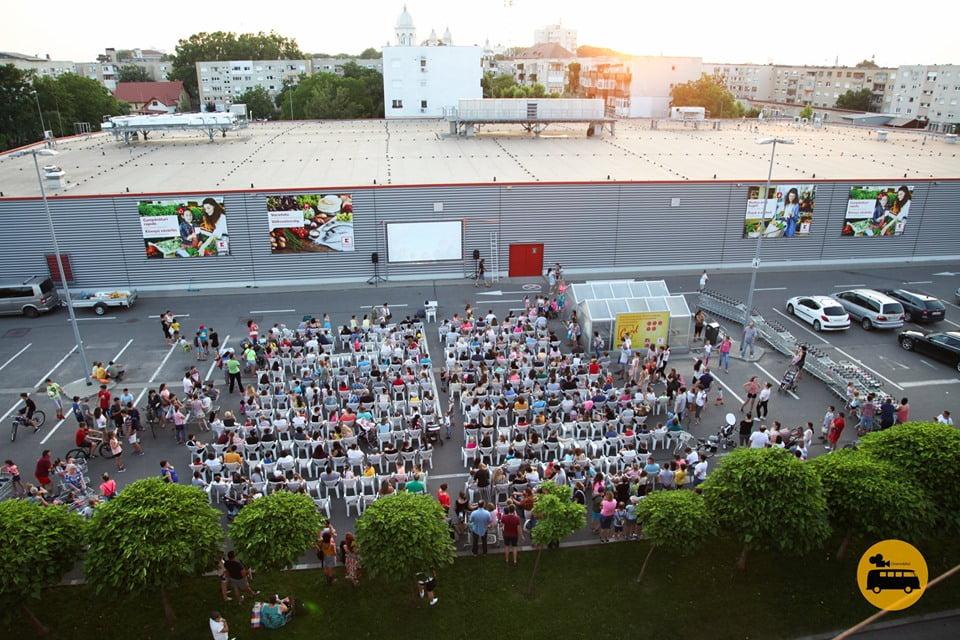 """Caravana """"Cinemobilul"""" – proiecție de film în aer liber, miercuri, în Roman"""