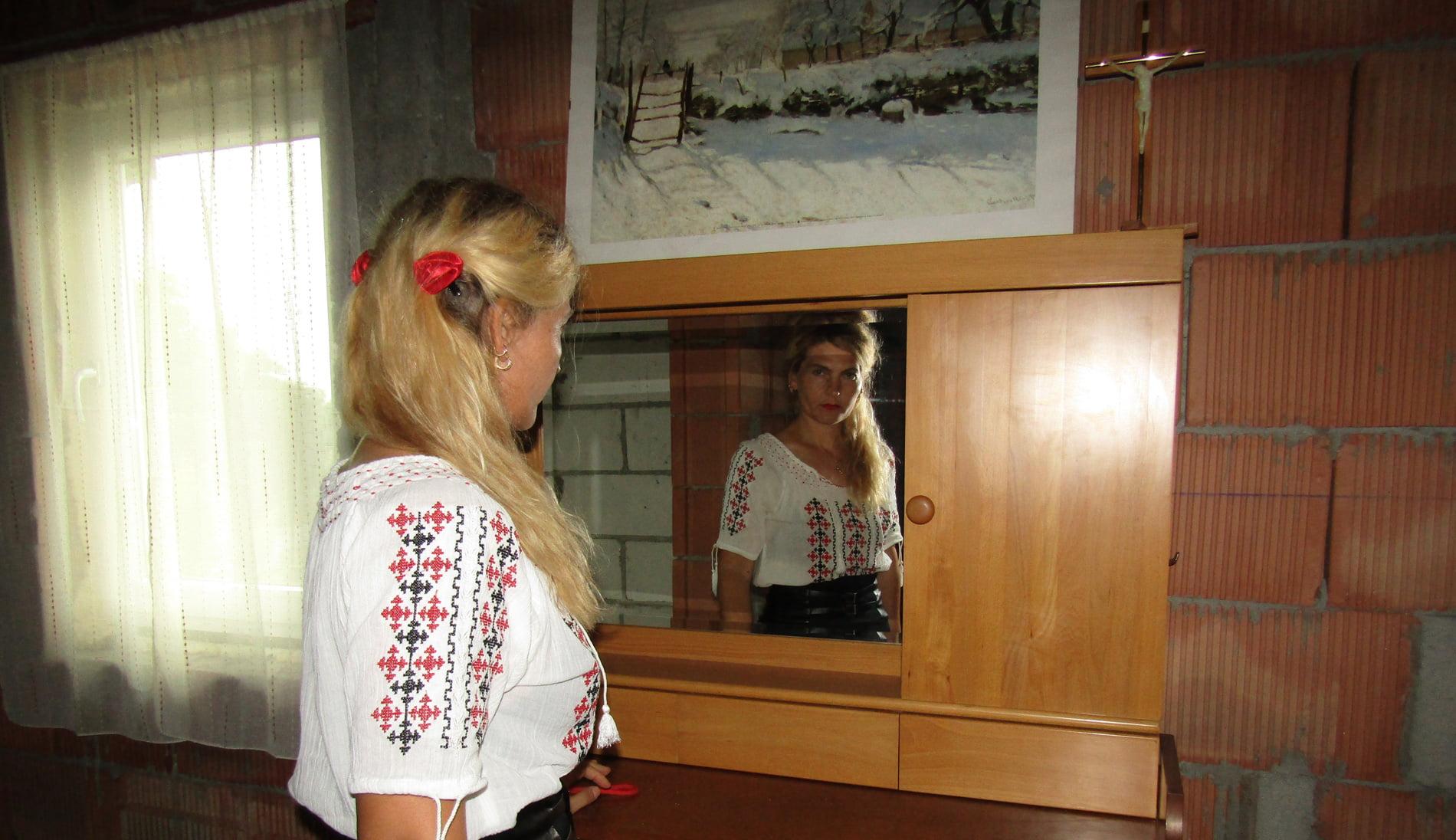 Criză existențială: Ce vezi când te uiți în oglindă? – guest post Cristina Gherghel