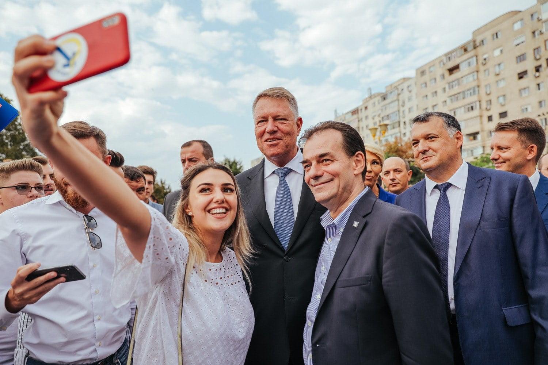Motivele pentru care românii semnează în număr mare pentru candidatura lui Iohannis. [GALERIE FOTO]