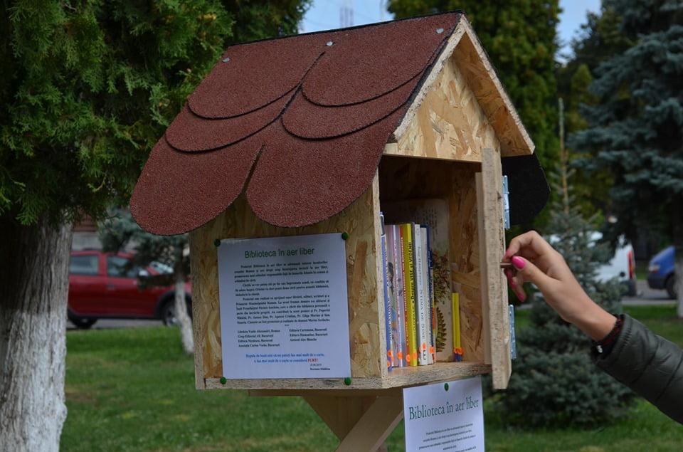"""""""Biblioteca în aer liber"""", în parcurile de la Primărie și de lângă ștrand"""