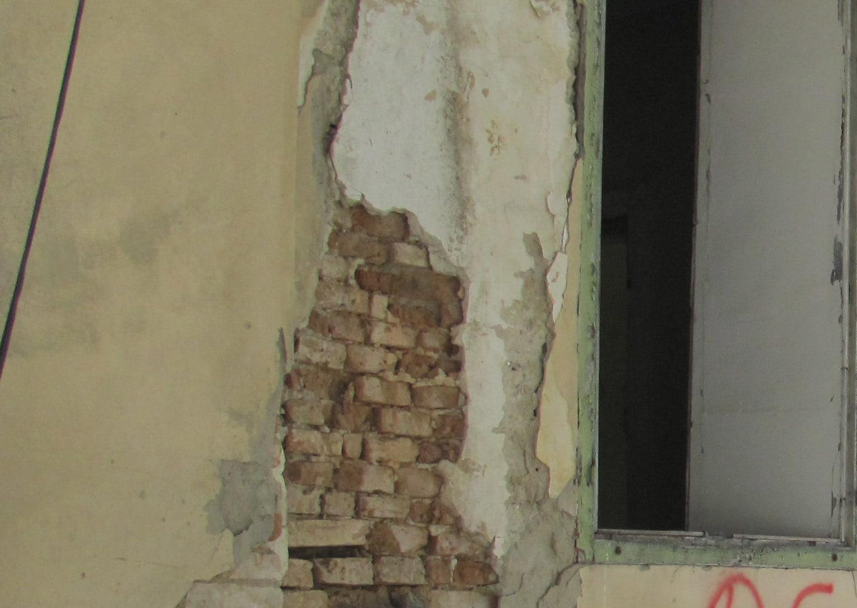 Proprietarii clădirilor dărăpănate din Roman, supraimpozitați cu 500%