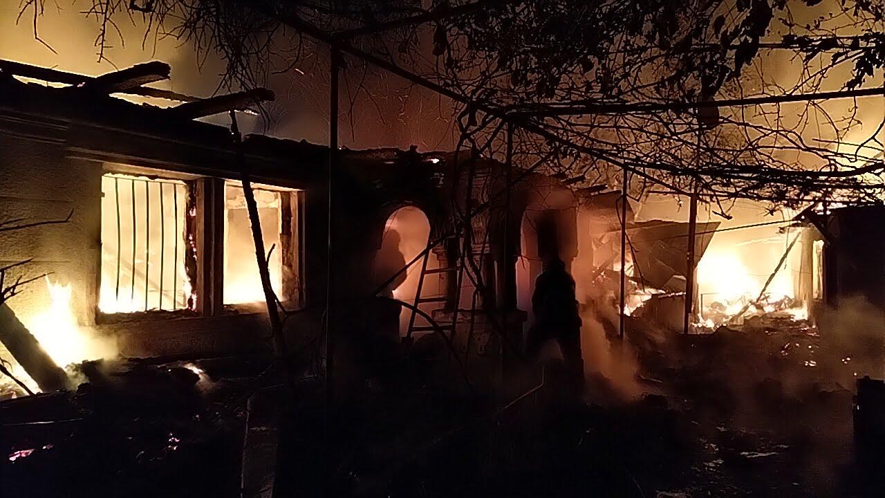 O bucătărie de vară și anexe de pe strada Fănel Ciupitu au luat foc