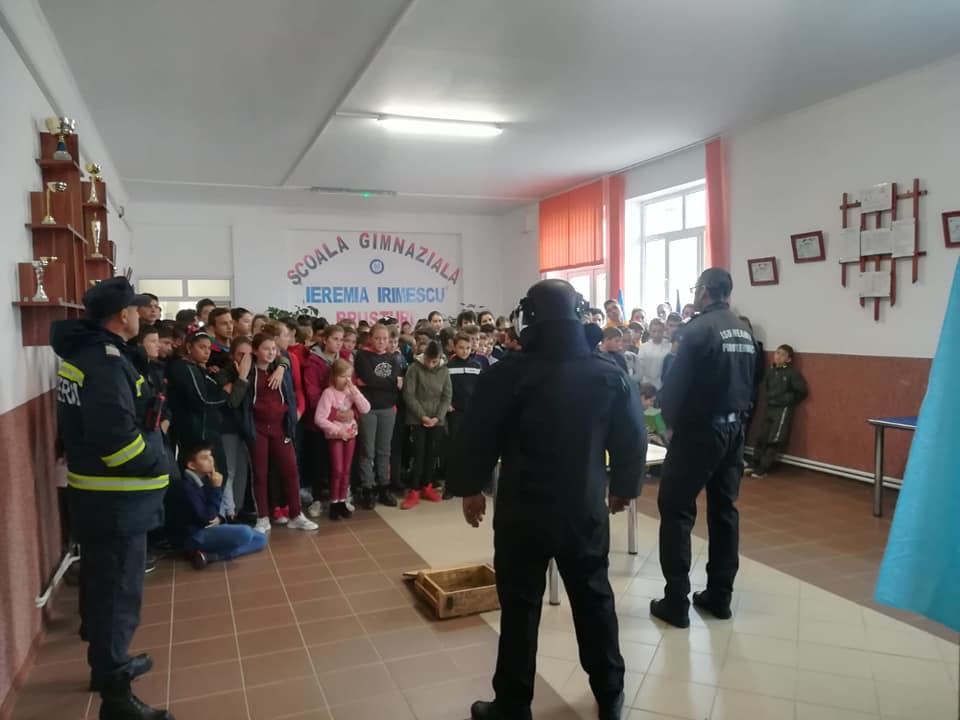 Pirotehniștii ISU Neamț, în misiune în școlile din Neamț