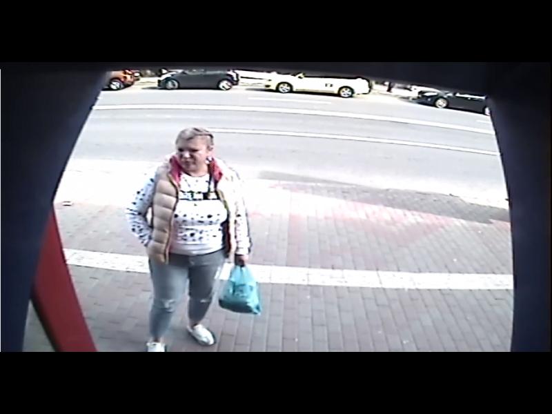 Căutată de polițiști după ce a luat dintr-un bancomat bani ce nu-i aparțineau