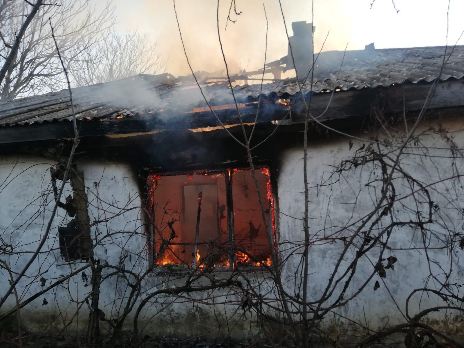 Gospodărie în flăcări la Tămășeni