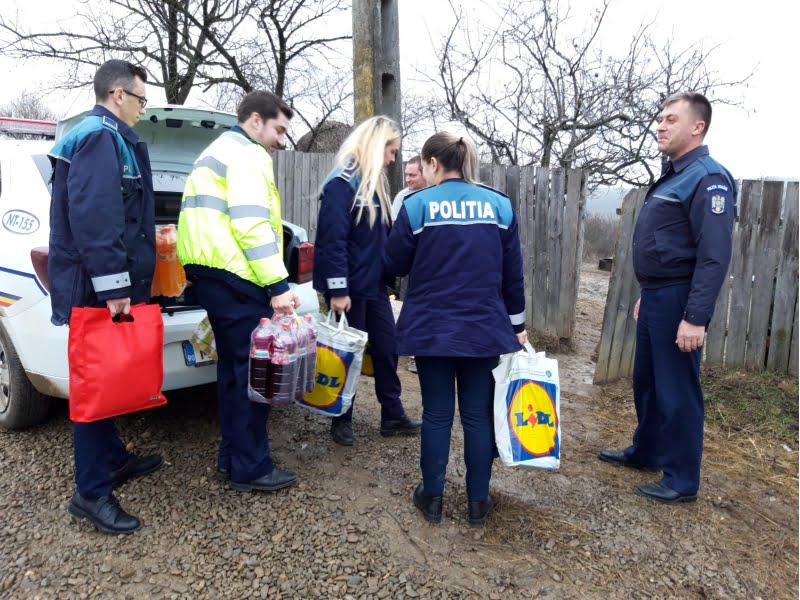Daruri de Crăciun oferite de polițiștii din Sagna, Ion Creangă și Mărgineni