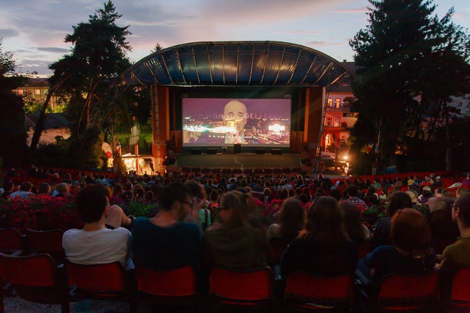 Cinema în aer liber, în zona de agrement de lângă ștrand