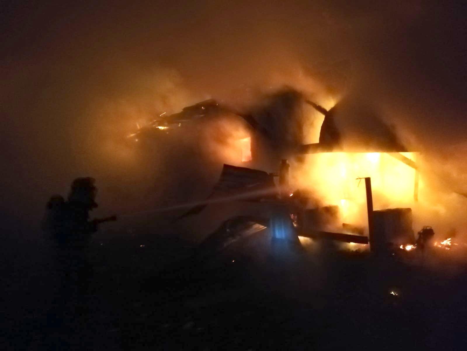Gospodărie în flăcări în Barticești, din cauza unui scurtcircuit