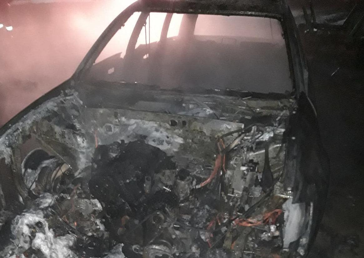 Mașină incendiată și făcută scrum, în comuna Dulcești
