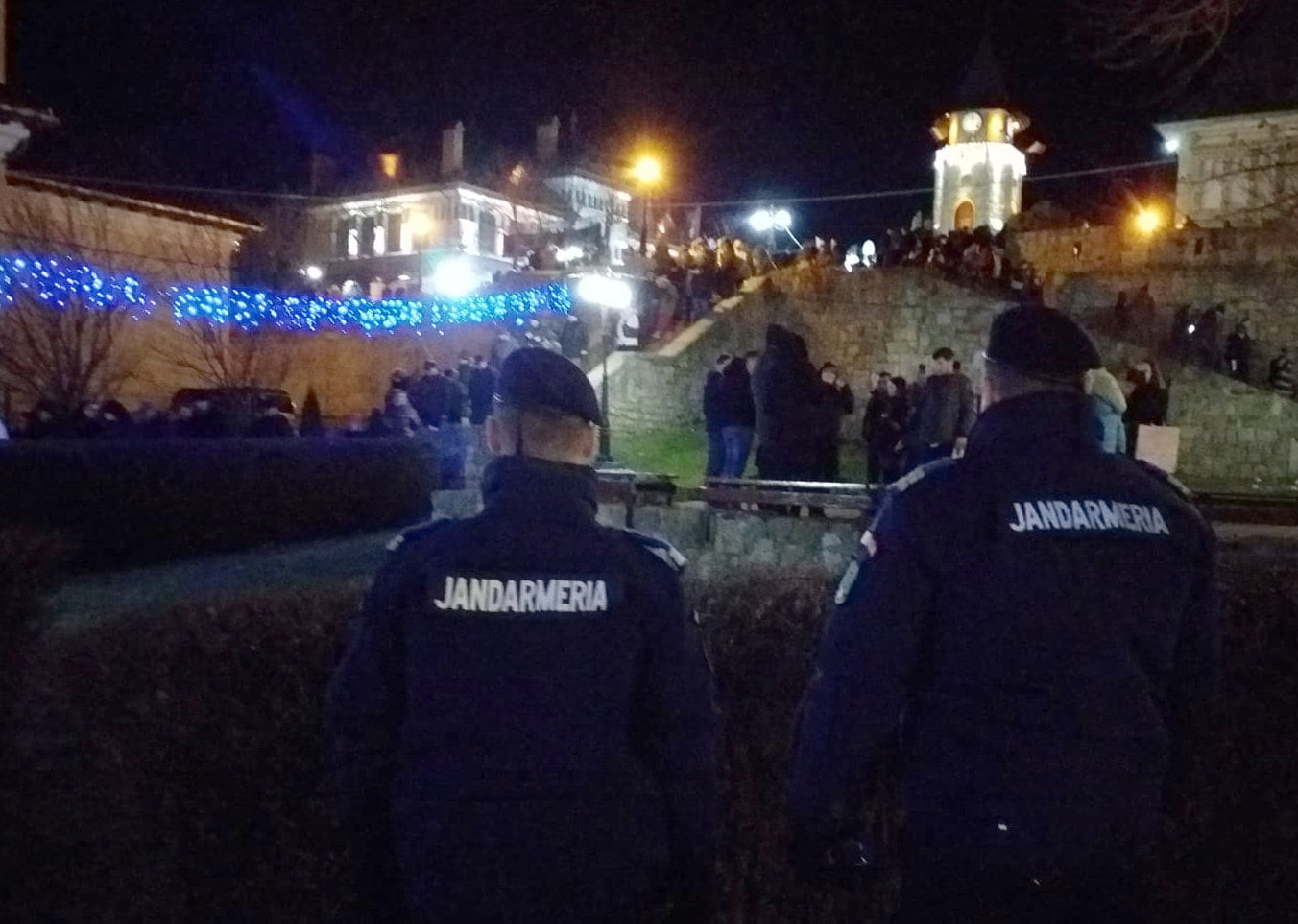 """Urători """"calmați"""" de jandarmi și duși la Poliție"""