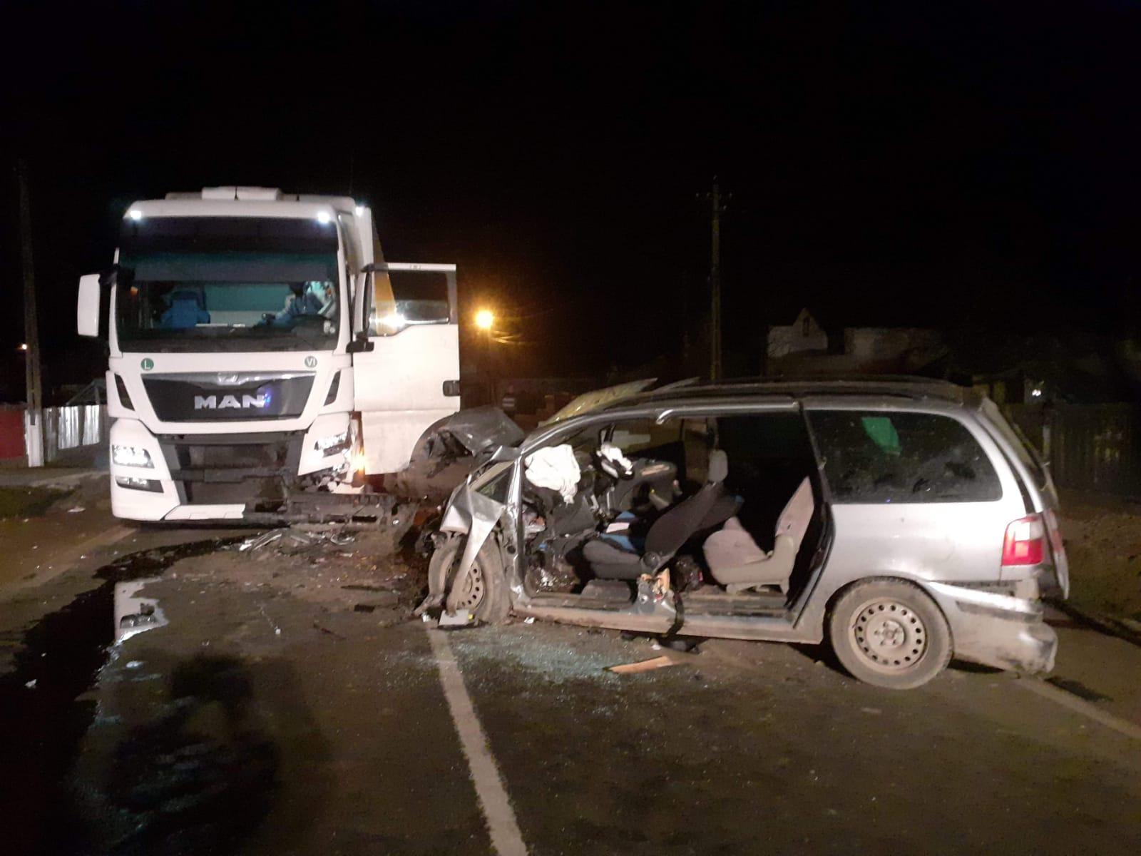 Accident rutier la Gâdinți. Un șofer băut și fără permis a intrat cu mașina într-un tir
