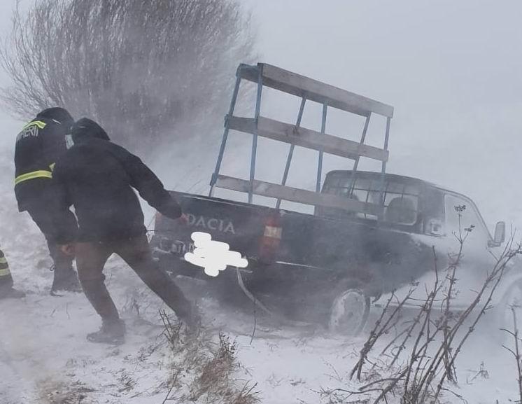 Efectele ninsorii de miercuri: autoturisme blocate în zăpadă și localități fără curent electric
