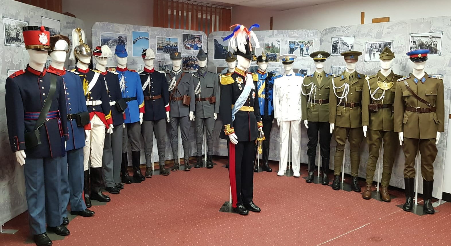"""Expoziție cu uniforme militare: """"Jandarmeria Română – 170 de ani"""""""