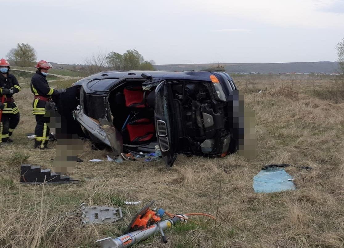 Mașină răsturnată în comuna Doljești. O persoană a fost grav rănită