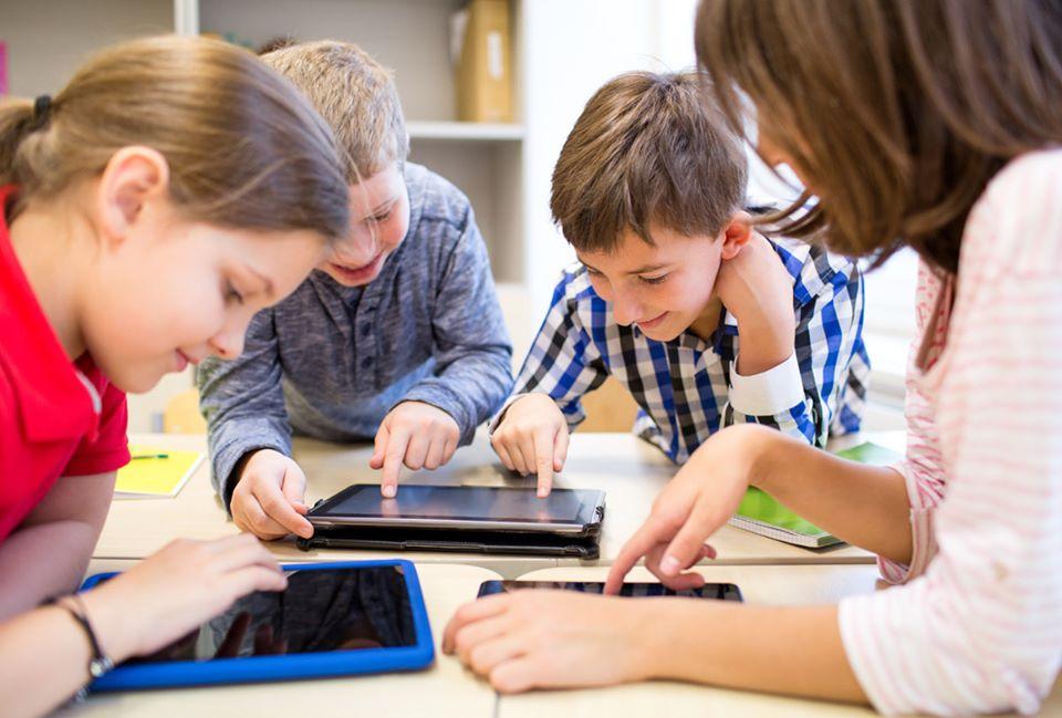 Tablete conectate la internet pentru elevii din Roman din familii defavorizate