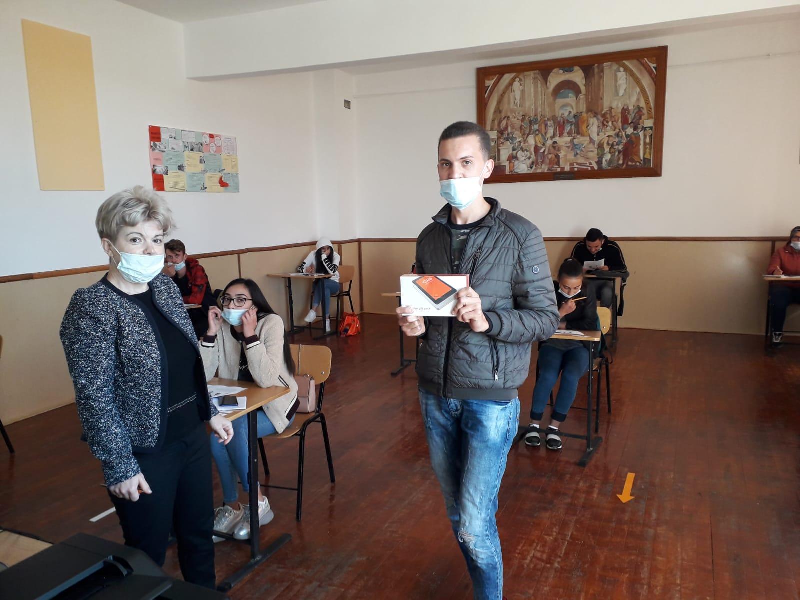 """Elevi de la Colegiul Tehnic """"Danubiana"""", premiați cu tablete"""