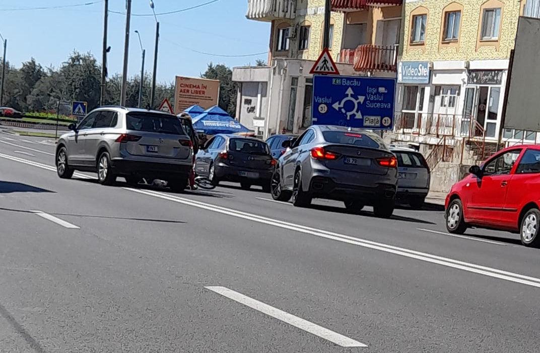 Biciclist accidentat de o mașină, pe bulevardul Roman Mușat