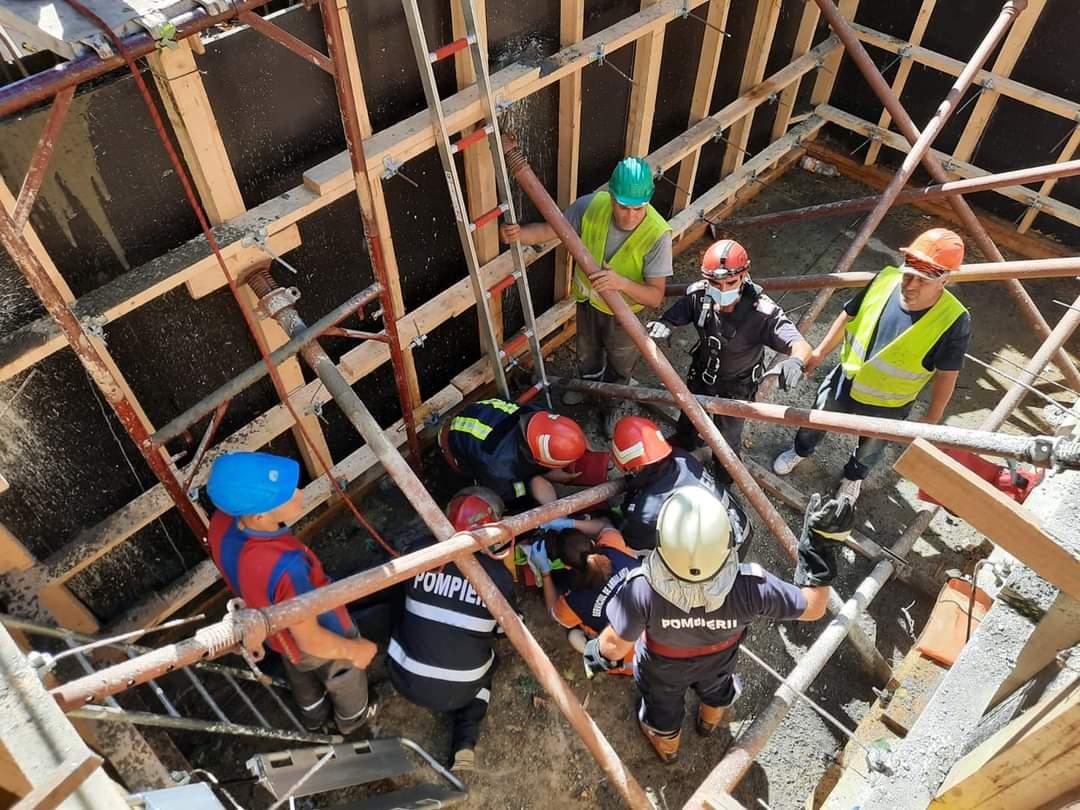 Muncitor rănit după ce a căzut într-o groapă adâncă de trei metri